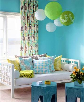 camera con cuscini colorati azzurri e gialli