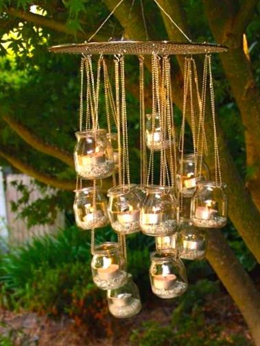 candele pendenti in vasi di vetro