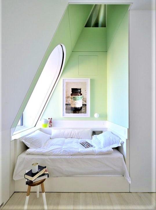 angolo letto con parete verde