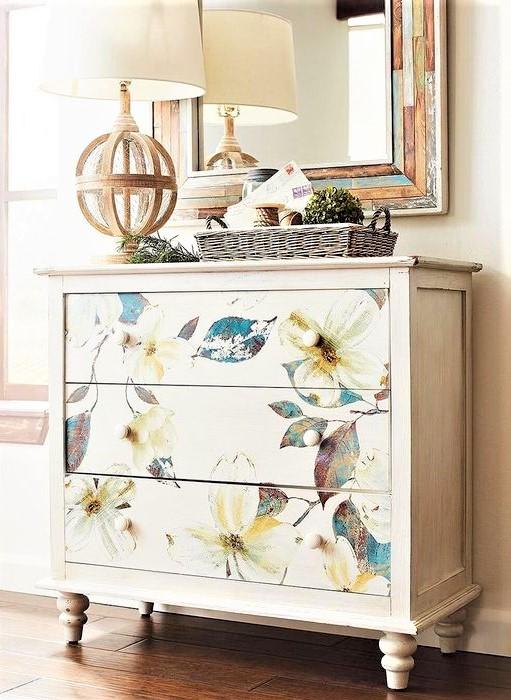 cassettiera con tre cassetti a fiori azzurri bianchi