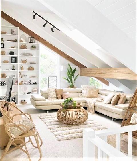 salotto in mansarda con divano beige