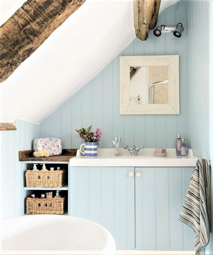 bagno mansardato con mobilio azzurro