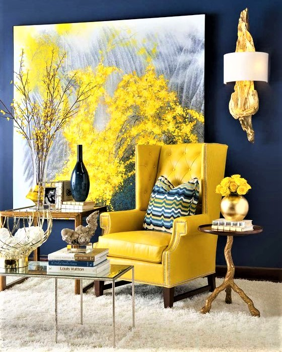 poltroncina in pelle gialla con cuscino blu