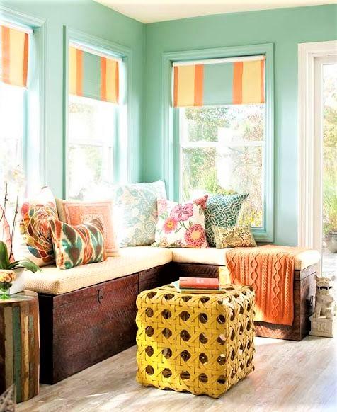 tavolini giallo con fori e divano in legno con sedute bianche