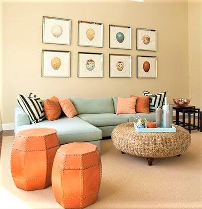 salotto con divano color tiffany e puf arancioni