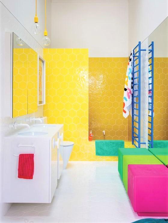 bagno con mattonelle fluo gialle e fuxia