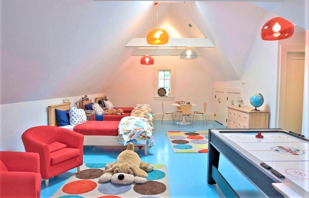 camera dei bambini in mansarda con pavimento azzurro