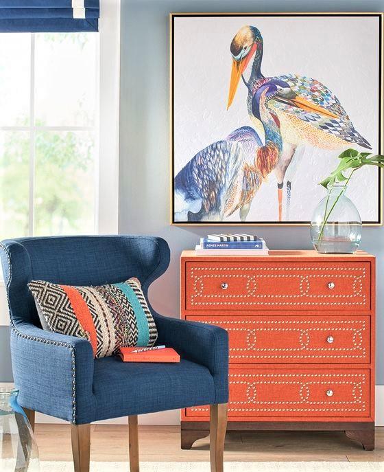 poltroncina in velluto blu con mobile arancione