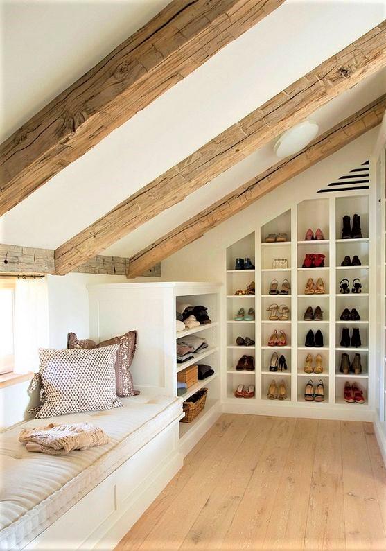 closet in mansarda con grande scarpiera