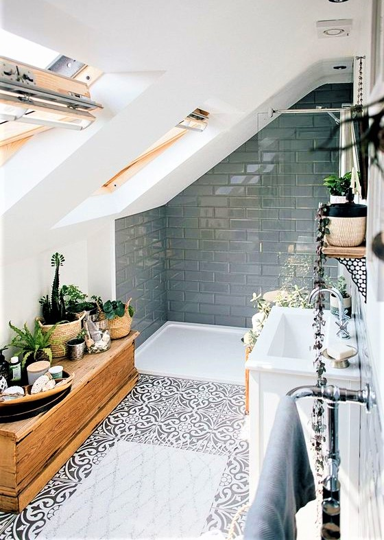 bagno in mansarda con mattonelle grigie lucide