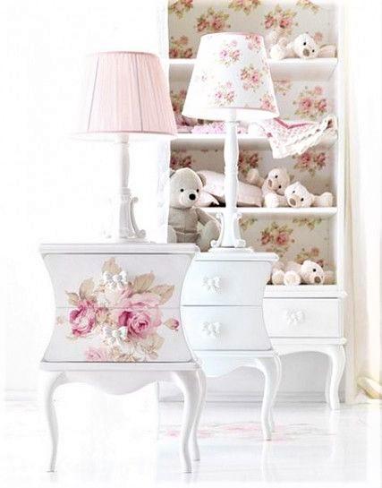 piccolo comodino bianco con fiori rosa