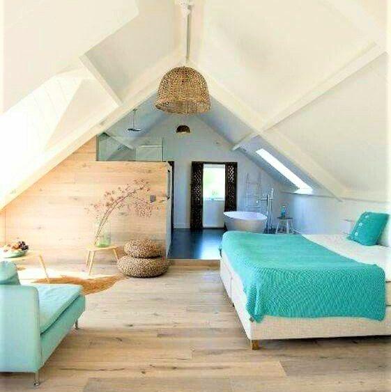 camera notte con letto copriletto azzurro