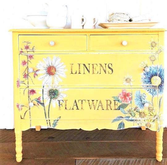 credenza gialla con fiorellini bianchi e blu