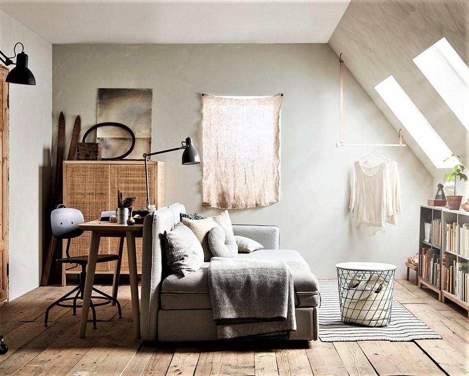salotto in mansarda con divano grigio e tavolino bianco