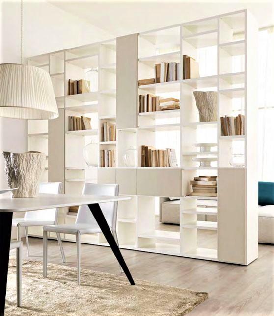 grande libreria bianca con tavole e lampadario in tinta