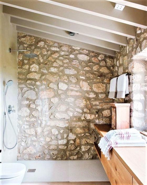 bagno con muro in pietra