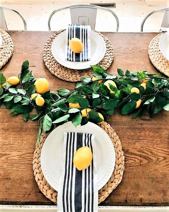tavola in stile siciliano con limoni