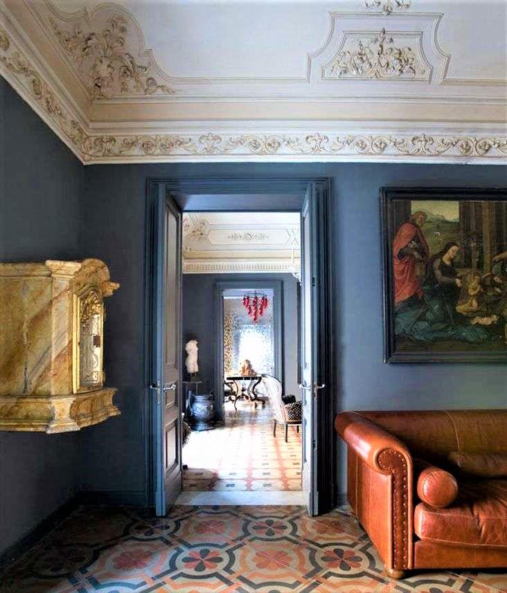 salotto in stile siciliano con divano in pelle marrone