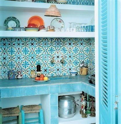 cucina con rivestimento in mattonelle azzurre