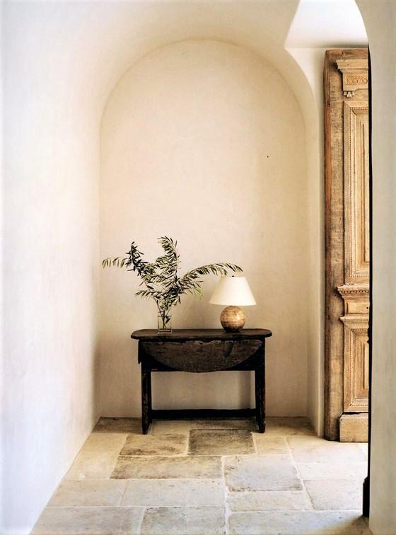 ingreso in stile pugliese con tavolino in legno scuro