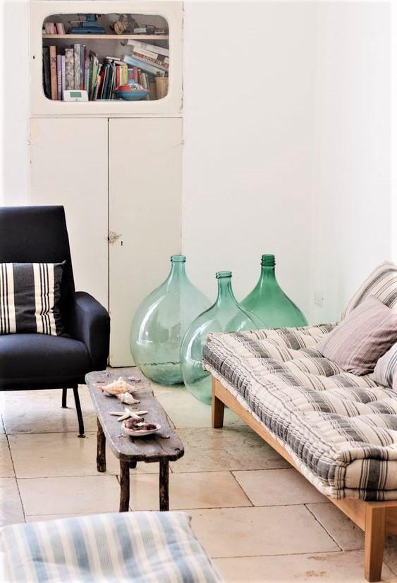 vasi verdi, divano e poltroncina