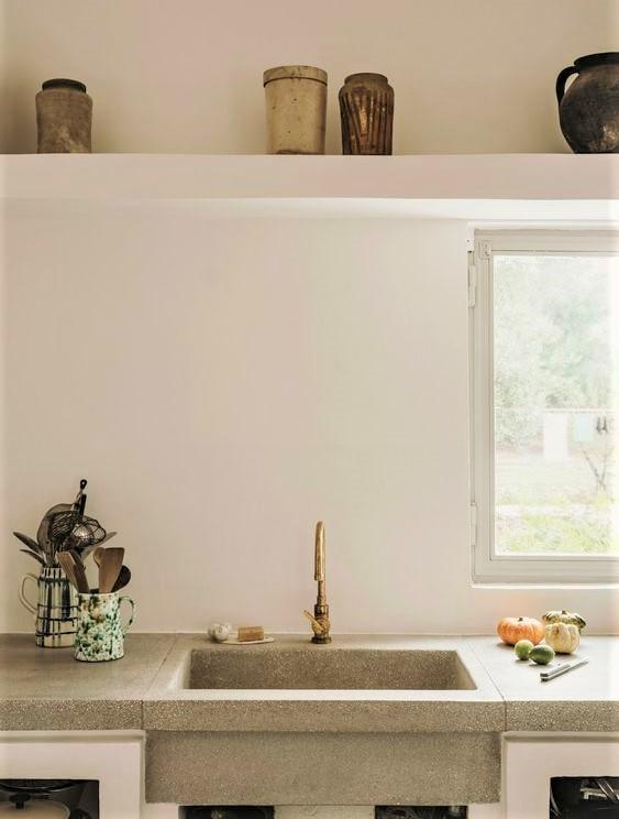 lavello in pietra con grande finestra