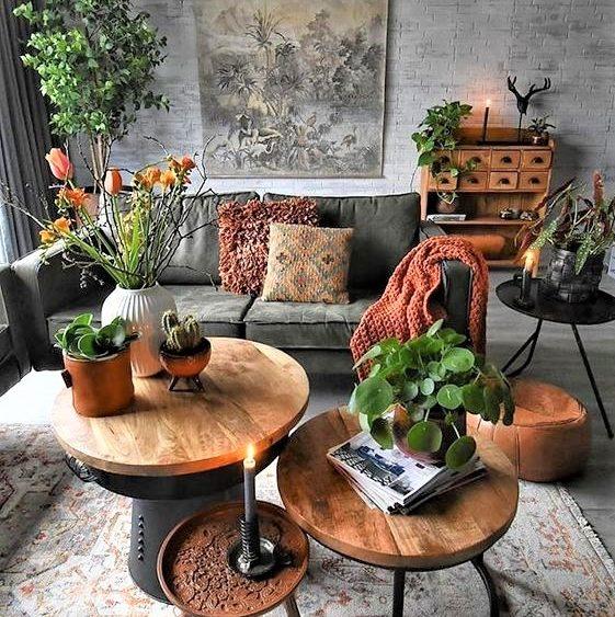 tavolini in legno con divano grigio