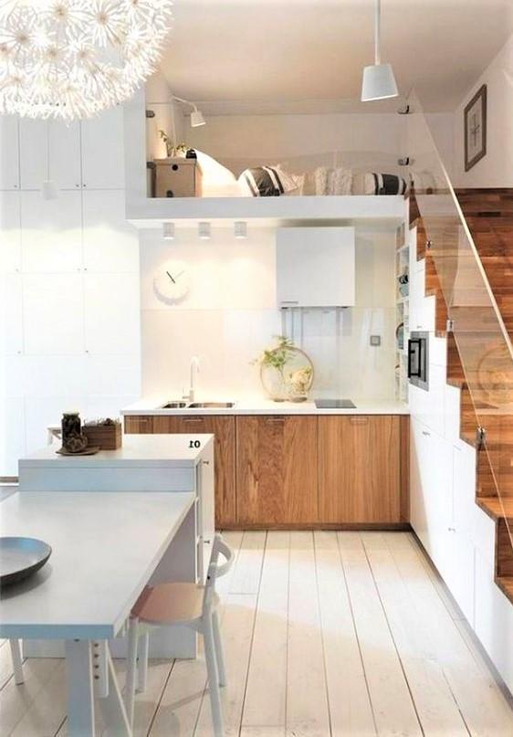 cucina in legno con tavolo bianco