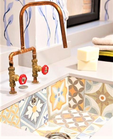 lavabo in maioliche colorate