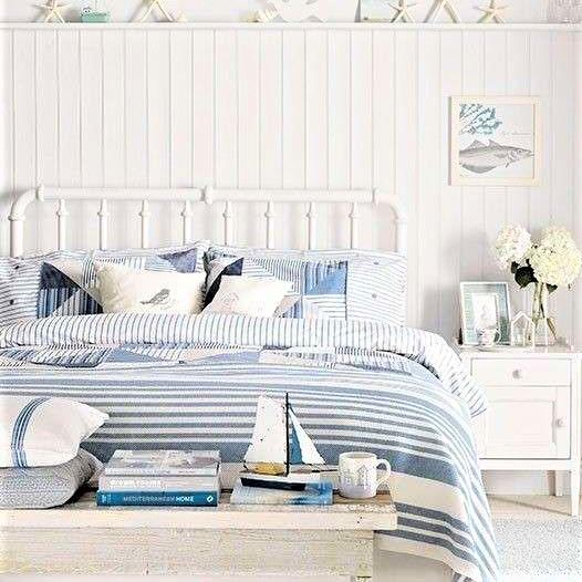 camera da letto con coperta azzurra