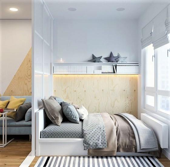 camera da letto in monolocale con cuscini grigi