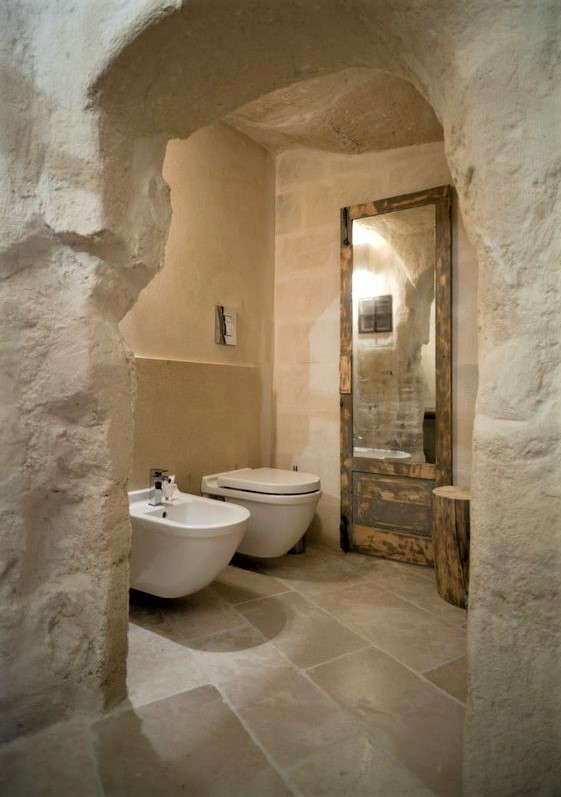 bagno in stile pugliese all'interno della roccia