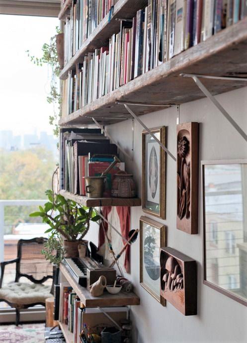 libri su mensole in legno
