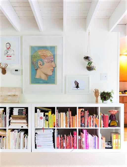 libri colorati su libreria bianca