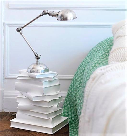 libri dipinti in bianco a mo di comodino