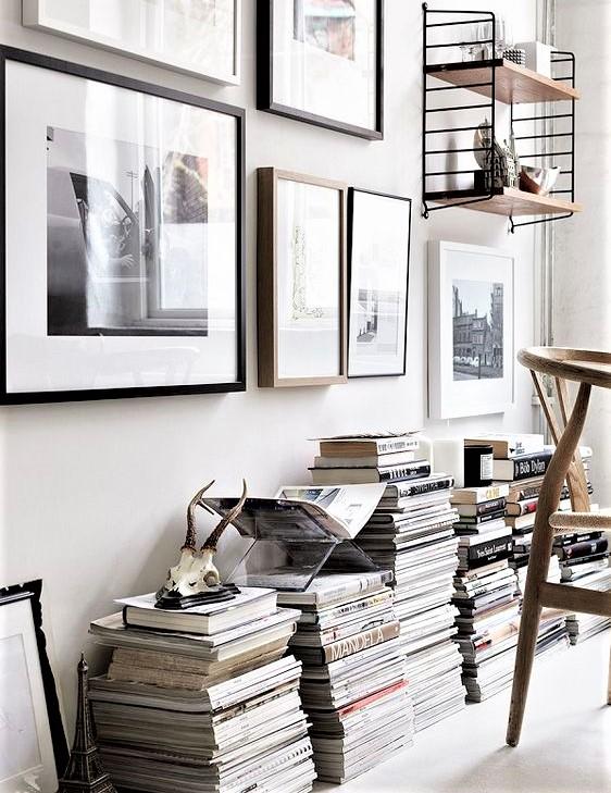 riviste impilate su parete bianca