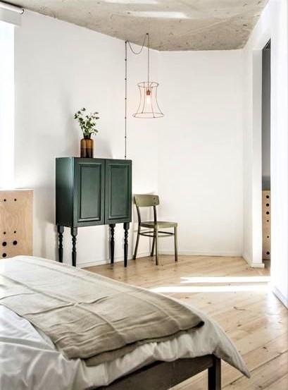 camera da letto con mobiletto in legno antracite