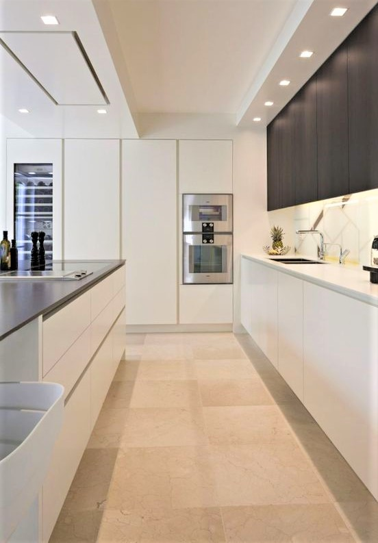 cucina moderna chiara con pensili bianchi e grigi