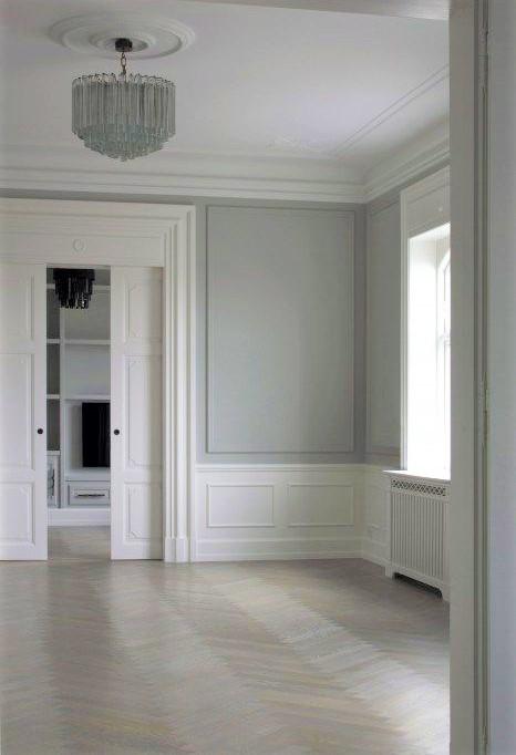 grande camera con finestra e pavimento in gres