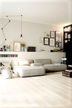 grande divano grigio con sedute morbide