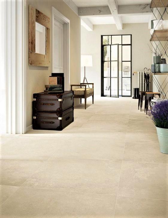 grande ingresso con pavimento in gres beige