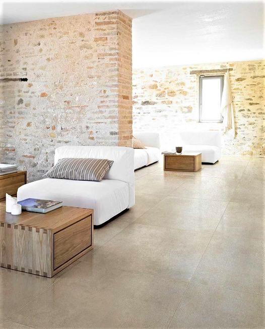 interno di un grande casale moderno con divano bianco