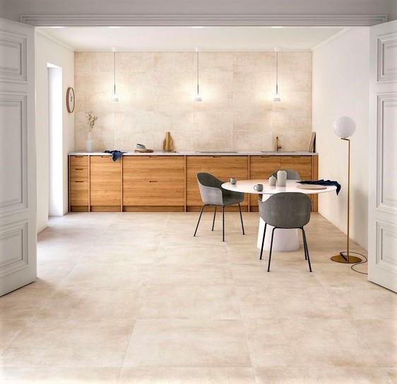 cucina moderna in legno di noce e sedie grigie